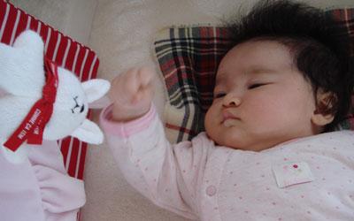 ベビーベッドで遊ぶ赤ちゃん