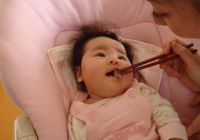 お食い初めをする赤ちゃん