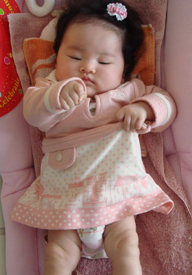 オムツを見せる赤ちゃん