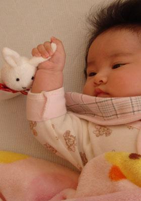 うさぎの耳を持った赤ちゃん