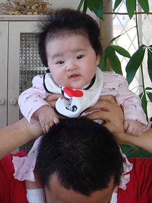 肩車している赤ちゃん