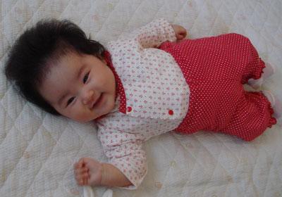 赤い洋服の赤ちゃん