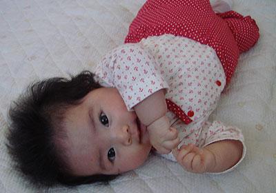寝返り練習の赤ちゃん