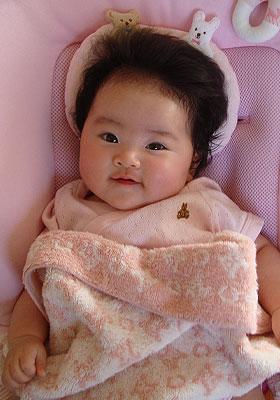 少し笑う赤ちゃん