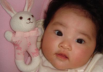 顔がまん丸の赤ちゃん