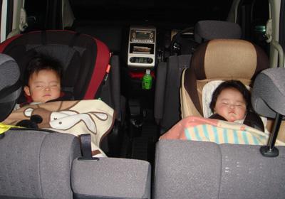 車で寝る二人