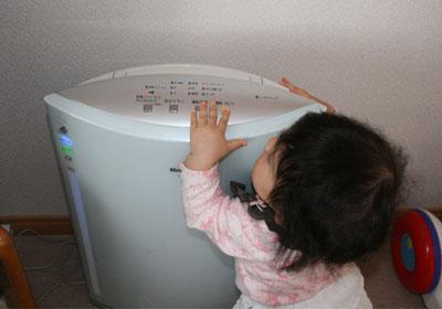 空気清浄機のスイッチをピッピ
