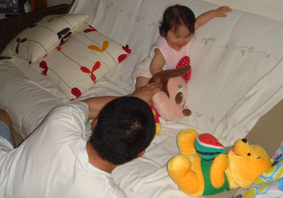 お風呂上りにパパと遊ぶ