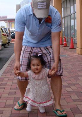 パパと一緒にヨチヨチ歩き