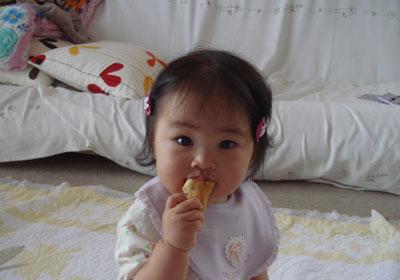 パンを食べる七夕ちゃん